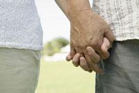 手を繋ぐシニア夫婦の手 11019017138| 写真素材・ストックフォト・画像・イラスト素材|アマナイメージズ