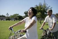 サイクリングをするシニア夫婦