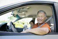 ドライブするシニア夫婦 11019017148| 写真素材・ストックフォト・画像・イラスト素材|アマナイメージズ
