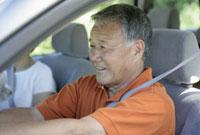 自動車を運転するシニア男性 11019017183| 写真素材・ストックフォト・画像・イラスト素材|アマナイメージズ