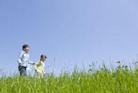 土手を走る子供