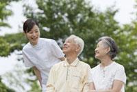 女性介護士とシニア夫婦 11019017861| 写真素材・ストックフォト・画像・イラスト素材|アマナイメージズ