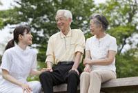 女性介護士とシニア夫婦 11019017862| 写真素材・ストックフォト・画像・イラスト素材|アマナイメージズ