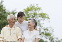 女性介護士とシニア夫婦