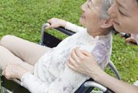 車椅子のシニア女性と女性介護士 11019017897| 写真素材・ストックフォト・画像・イラスト素材|アマナイメージズ