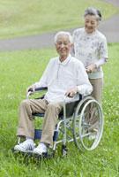 車椅子のシニア男性とシニア女性