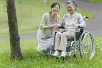 車椅子のシニア女性と孫 11019017942| 写真素材・ストックフォト・画像・イラスト素材|アマナイメージズ