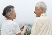 見つめ合うシニア夫婦 11019017954| 写真素材・ストックフォト・画像・イラスト素材|アマナイメージズ