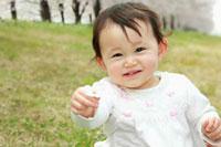 桜の花を持った女の子