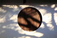 土壁と丸い窓