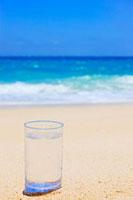 水の入ったグラスと海