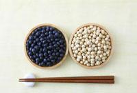木の器に入った大豆と箸