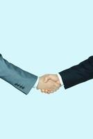 握手をするビジネスマンの手