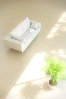 光が差し込むリビングルームに置かれたソファ CG 11019025550| 写真素材・ストックフォト・画像・イラスト素材|アマナイメージズ