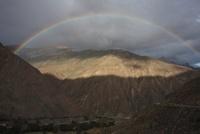 虹と山並み チベット