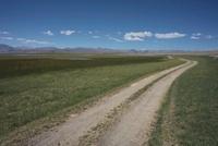 草原と道路 チベット
