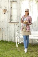 カゴに入ったパンを持つカフェ店員 11019027349| 写真素材・ストックフォト・画像・イラスト素材|アマナイメージズ
