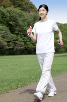 ダンベルを持ってウォーキングする女性 11019027839| 写真素材・ストックフォト・画像・イラスト素材|アマナイメージズ