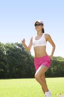 ランニングをする女性 11019027852| 写真素材・ストックフォト・画像・イラスト素材|アマナイメージズ