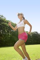 ランニングをする女性 11019027854| 写真素材・ストックフォト・画像・イラスト素材|アマナイメージズ