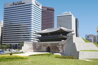 復元された南大門・崇礼門 ソウル 11019029621| 写真素材・ストックフォト・画像・イラスト素材|アマナイメージズ
