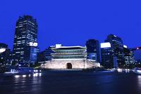 復元された南大門・崇礼門の夜景 ソウル 11019029628| 写真素材・ストックフォト・画像・イラスト素材|アマナイメージズ