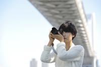 デジタルカメラで撮影をする女性 11019030133| 写真素材・ストックフォト・画像・イラスト素材|アマナイメージズ