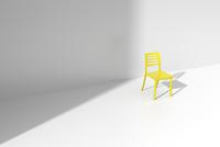 白い部屋に置かれた黄色い椅子 CG