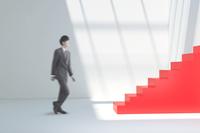 歩くビジネスマンと赤い階段 CG 11019033304| 写真素材・ストックフォト・画像・イラスト素材|アマナイメージズ