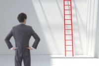 白い部屋に立つビジネスマンの後姿と赤い梯子 CG 11019033313| 写真素材・ストックフォト・画像・イラスト素材|アマナイメージズ