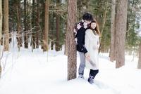 冬の森で寄り添うカップル