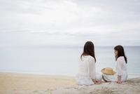 海辺で会話をする2人の女性