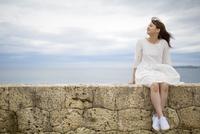 海岸に座る笑顔の女性