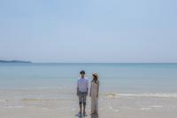 波打ち際に立つカップル