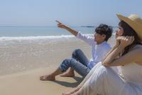 砂浜に座るカップル 11019034012| 写真素材・ストックフォト・画像・イラスト素材|アマナイメージズ