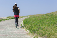 ランニングをする女性の後姿 11019034016| 写真素材・ストックフォト・画像・イラスト素材|アマナイメージズ