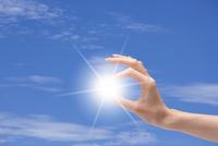光と女性の手 CG 11019034276| 写真素材・ストックフォト・画像・イラスト素材|アマナイメージズ