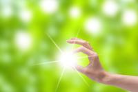 光と女性の手 CG