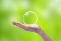 透明な球体を持つ女性の手 CG