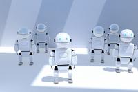 光が差し込む空間に立つ複数のロボット CG
