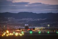 滑走路と飛行機 大阪国際空港