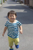 駆け寄る笑顔の男の子