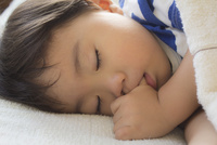 指しゃぶりをして眠る男の子