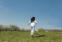 春の公園を走る女の子の後ろ姿 11019035407| 写真素材・ストックフォト・画像・イラスト素材|アマナイメージズ