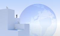地球儀と建物の上に立つビジネスマンのシルエット CG