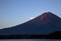 早朝の河口湖から望む富士山