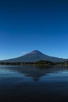 早朝の河口湖と富士山