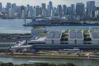 豊洲市場7街区の建設現場と晴海方面のビル群