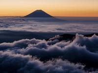 朝焼けの雲海に浮かぶ富士山