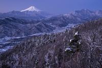 百蔵山から望む雪景色と夜明けの富士山